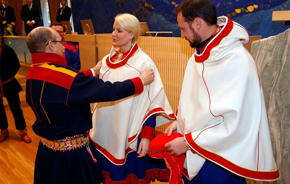 Kronprinsparet i Sametinget ikledd lukka. Foto.