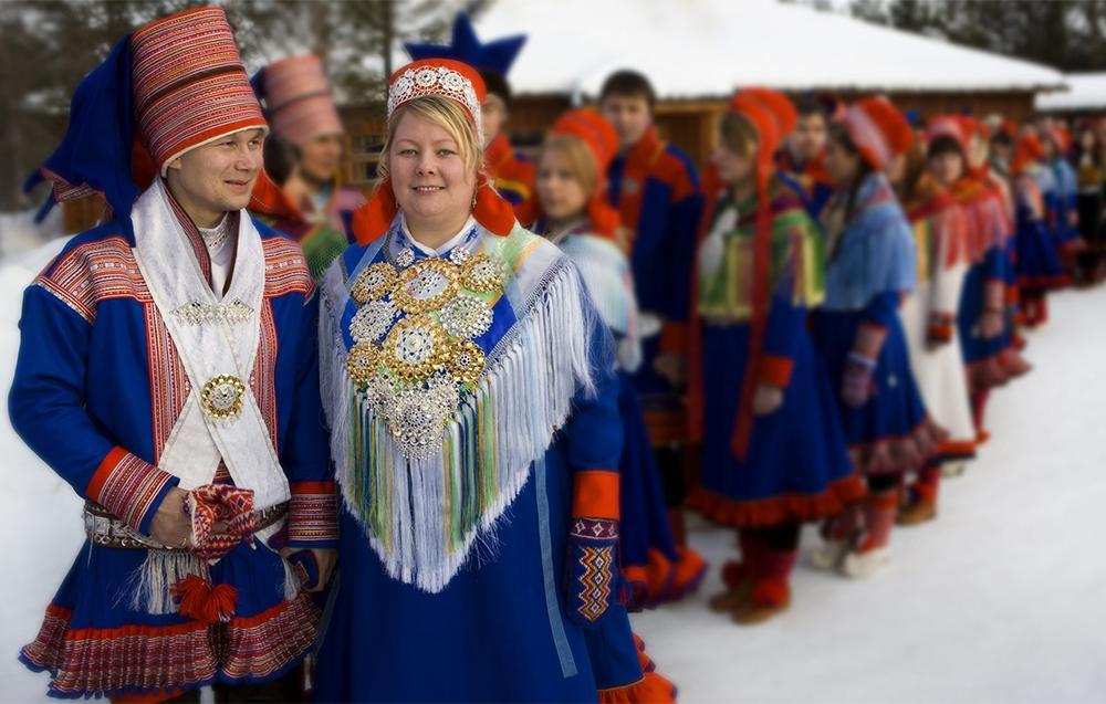Bryllupsfølge i samiske drakter. Foto.