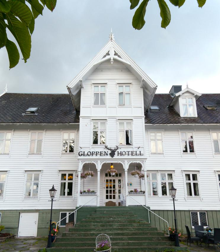 Gloppen Hotell. Den historiske delen er laget i Sveitserstil.