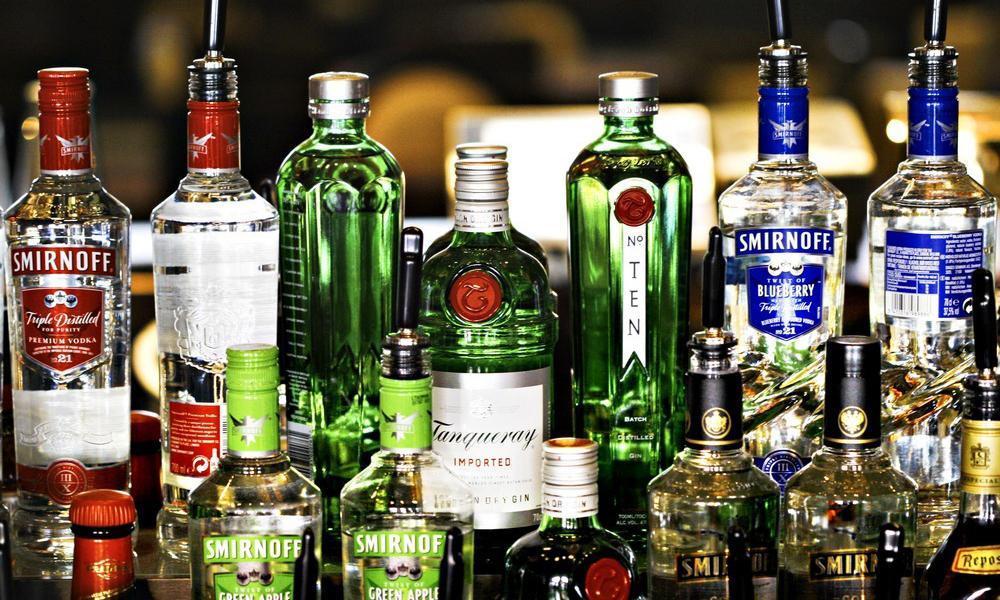 Bilde av flasker med vodka og gin.