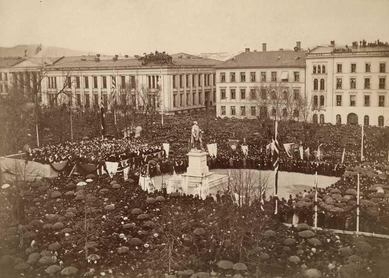 Avdukning av statue av Wergeland. Foto.