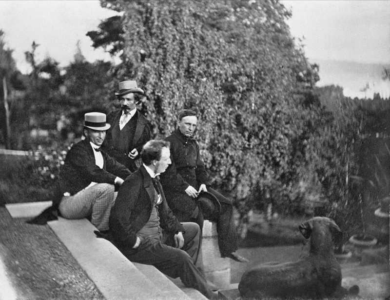 Johan Welhaven på trapp med tre andre menn