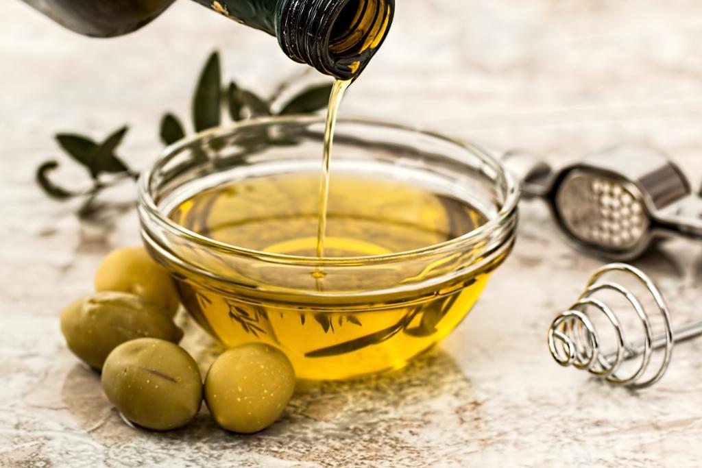 Ei skål som blir fylt opp med olivenolje. Foto.