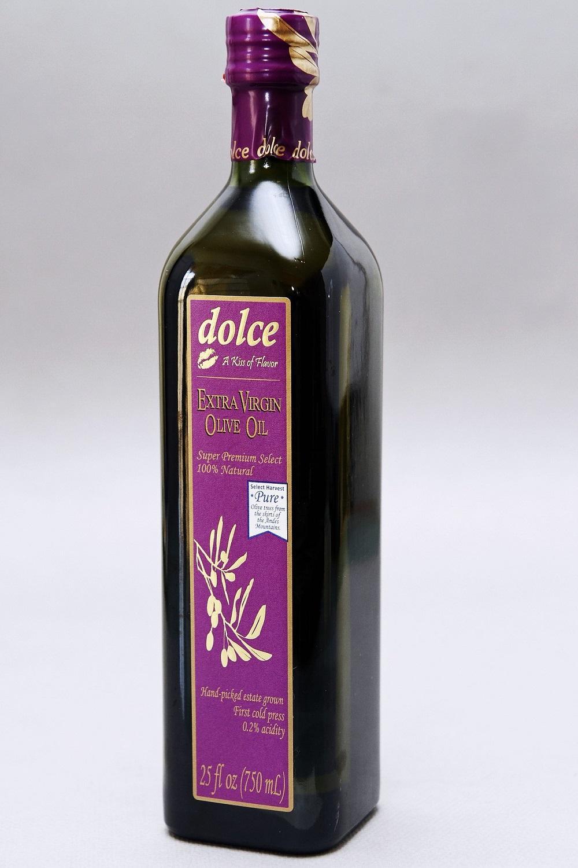 """Ei flaske med """"ekstra virgin oliven oil"""". Foto."""