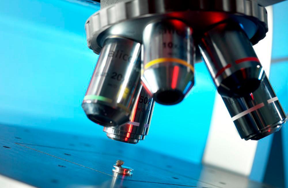 Mikroskop med fire objektiv.