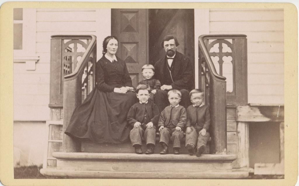 Otto Andreas Pleym med familie, Nesseby ca 1870. Foto.