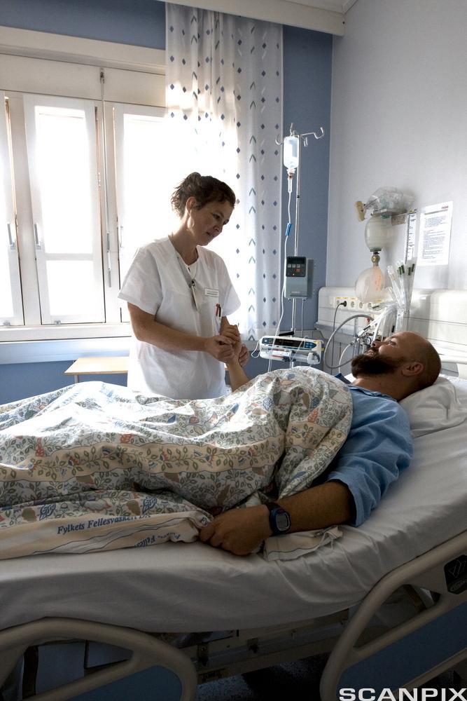 Mannlig pasient i sykeseng. Foto.