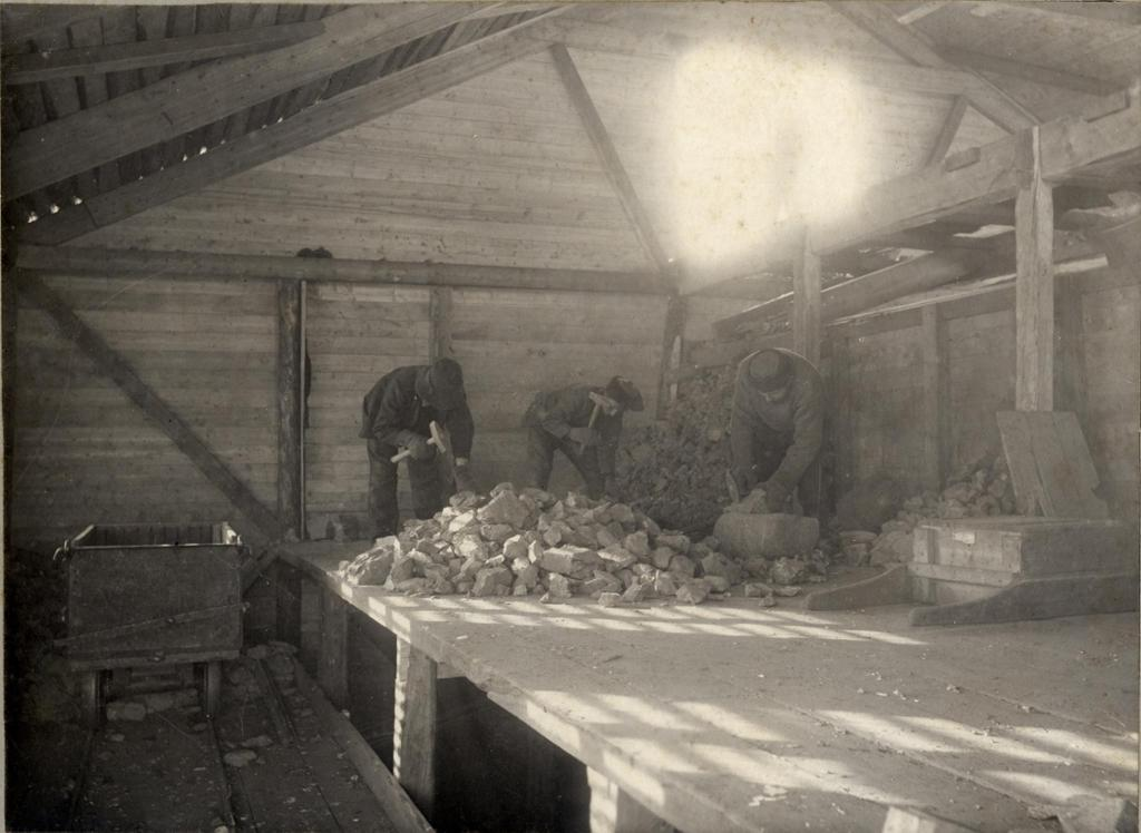 Hugging av malmstein ved Alten kobberverk i Kåfjord. Foto.