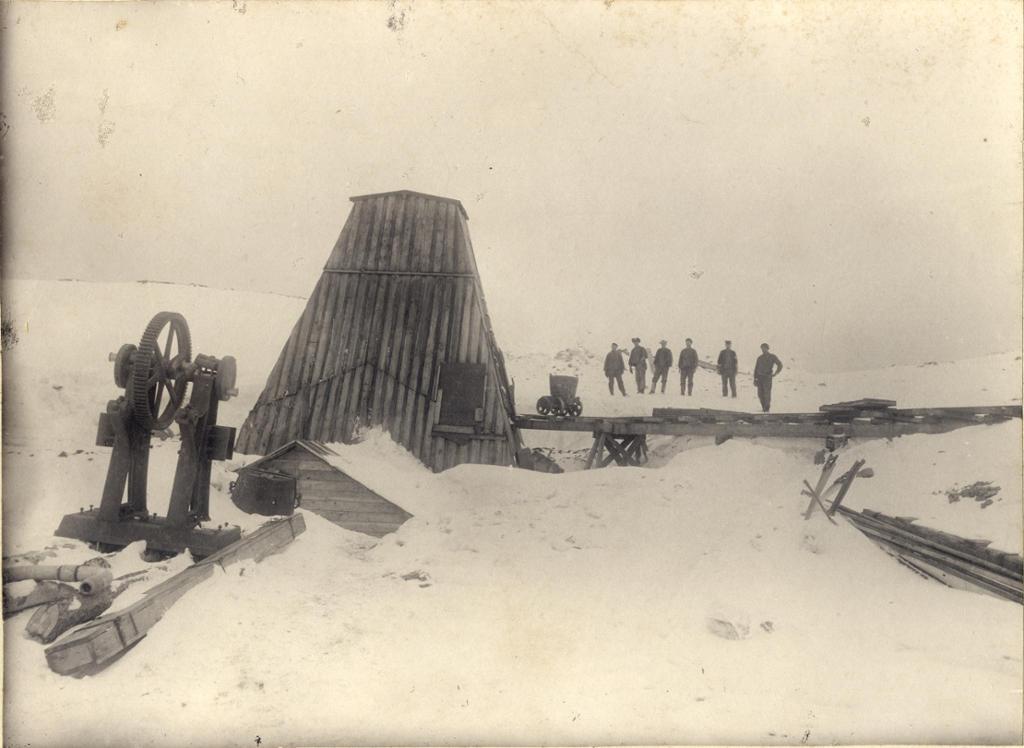 Gruveinngang på fjellet, Alta Kobberverk i Kåfjord. Arbeidere i bakgrunnen. Foto.