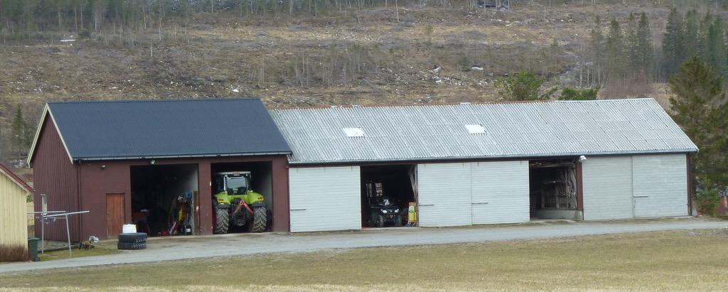 Garasje på gård. Foto.