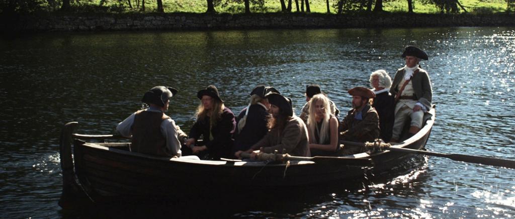 Anne og Alet ros ned Nidelva på vei til retterstedet. Foto.