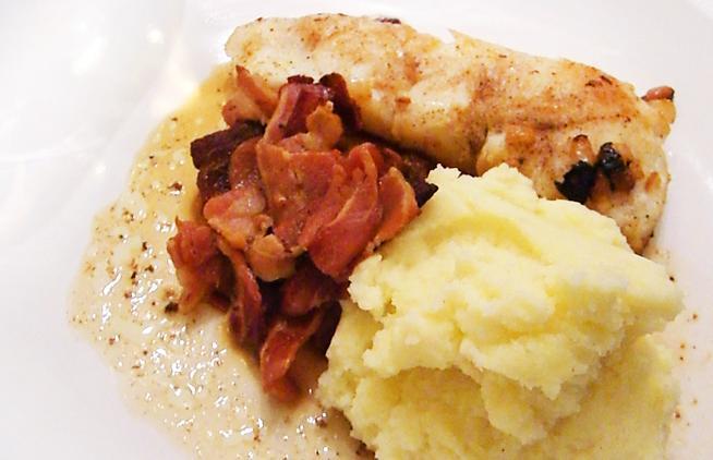 Pannestekt torsk med løk, potetstappe og baconsjy. Foto.