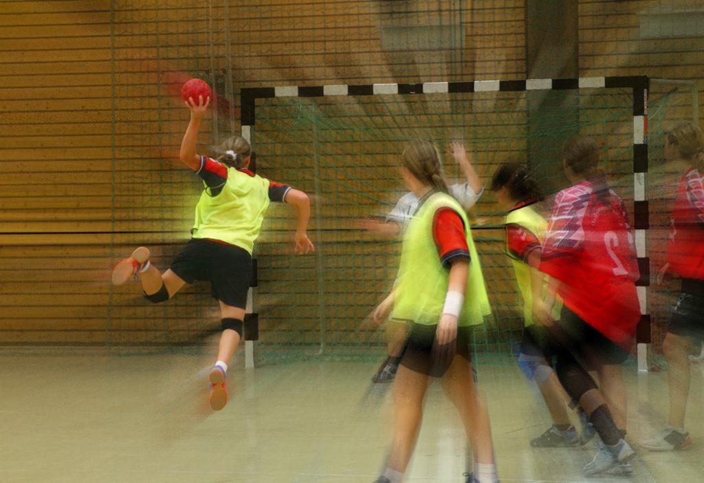 Håndballspiller i angrep. Foto.