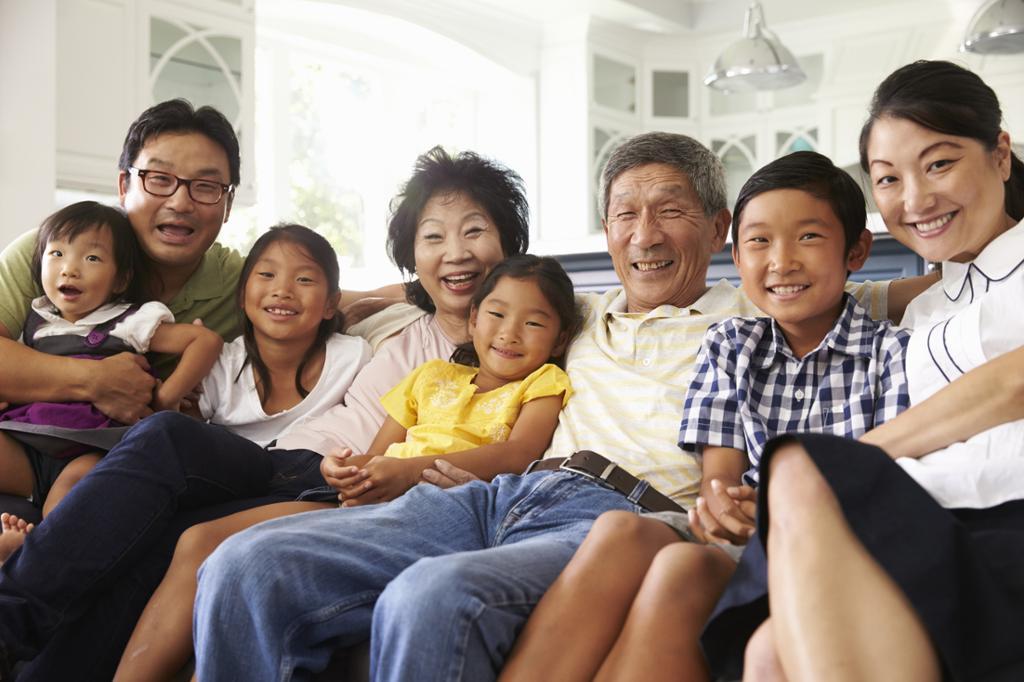 Gruppeprotrett av familie med tre generasjoner. Foto.