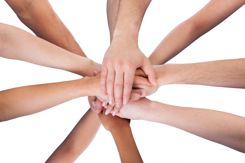 Mange hender holder sammen. Foto.
