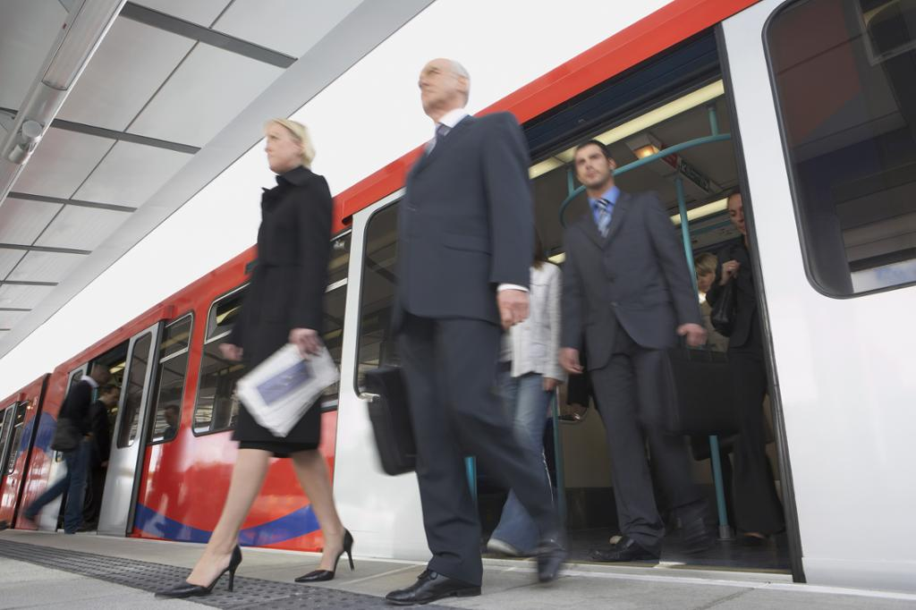 Forretningspendlere går av toget. Foto.