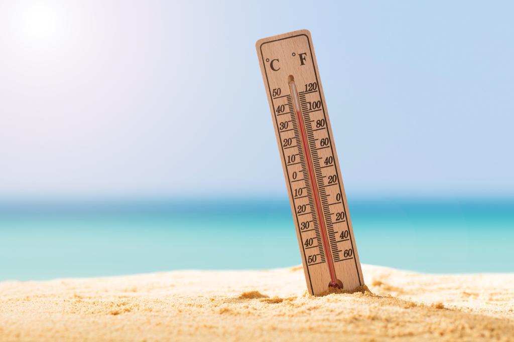 Termometer på strand under en hetebølge. Foto.