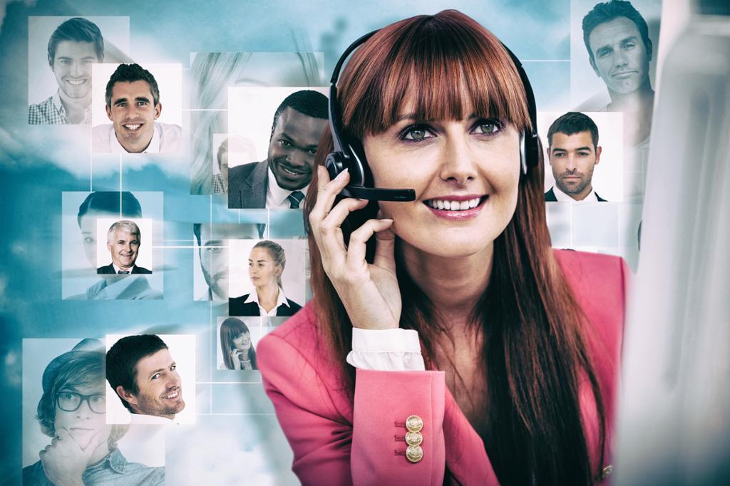 Smilende forretningskvinne bruker headset. Foto.