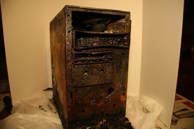 Datamaskin som har tydelige brannskader. Foto