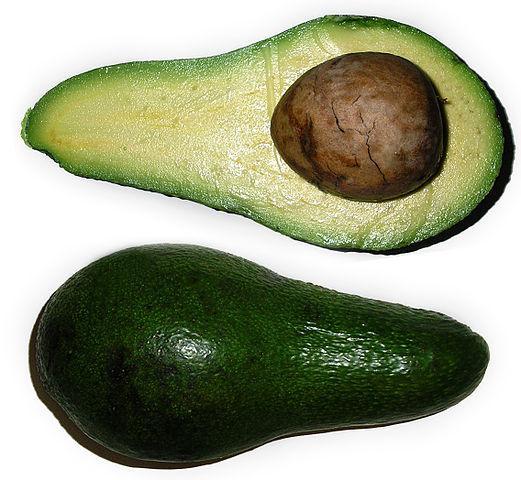 To halve avocadoar med stein. Foto