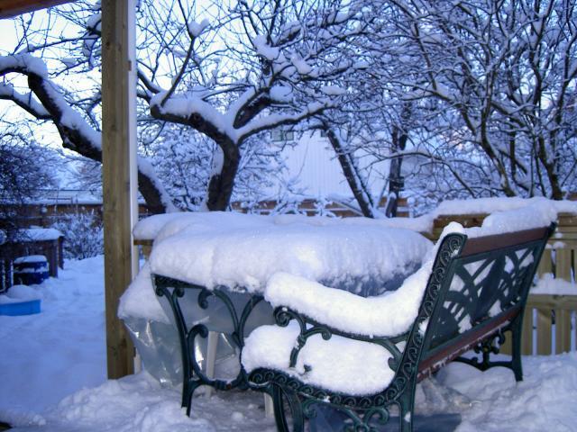 Snødekte hagemøbler. Foto.