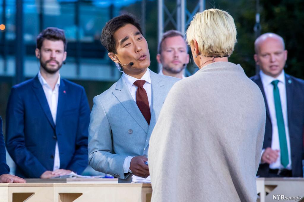 Journalist insisterer på svar fra politiker. Foto.