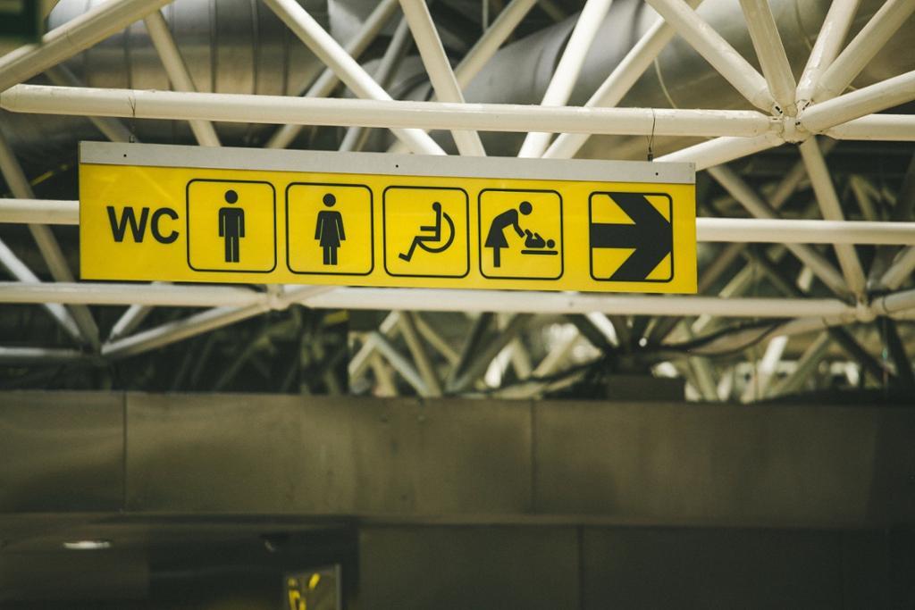 Skilt med anvisning til toaletter. Foto.