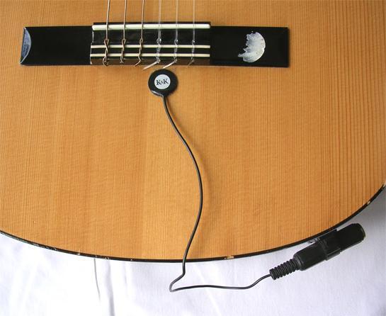 Piezoelektrisk mikrofon på en gitar. Foto.