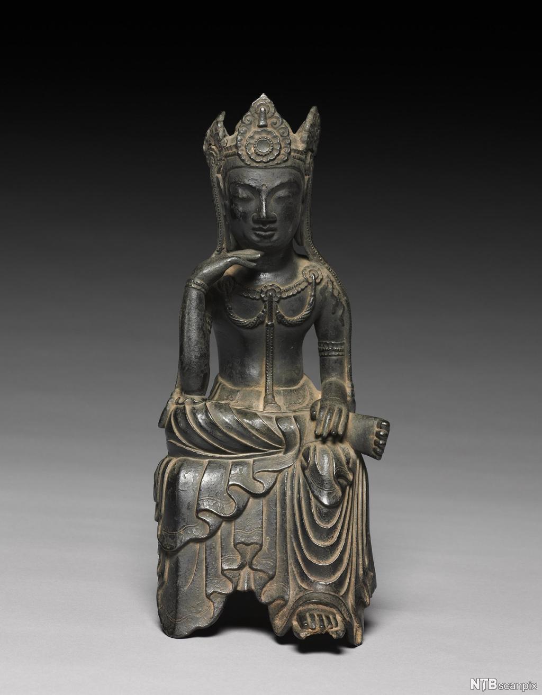 Buddhistisk figur i sittende stilling. Skulptur.