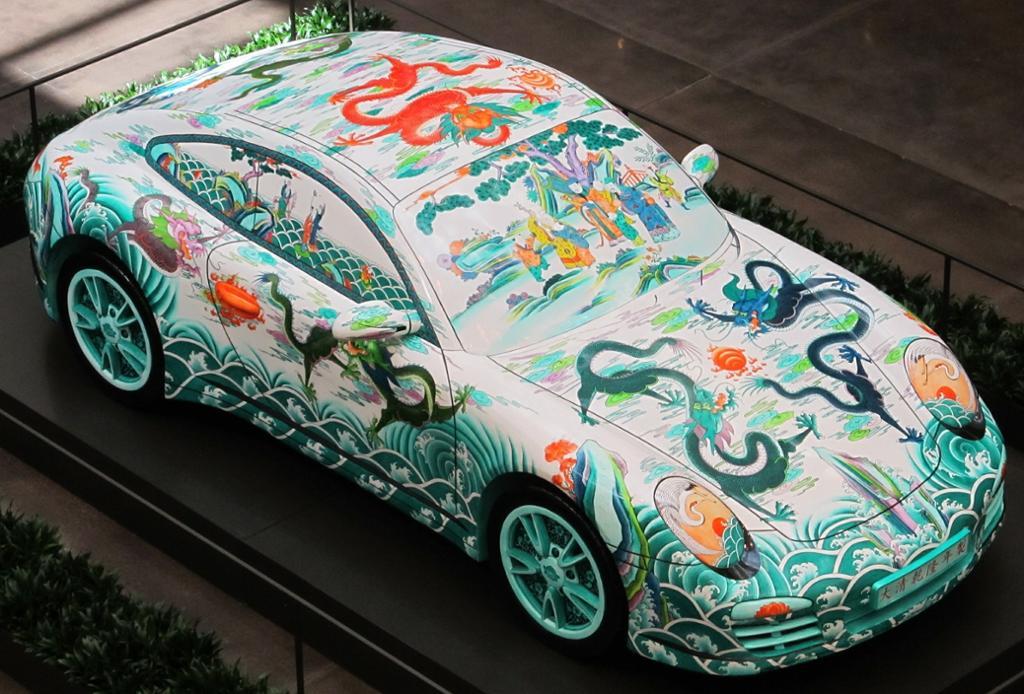 Porsche med dekor. Foto.