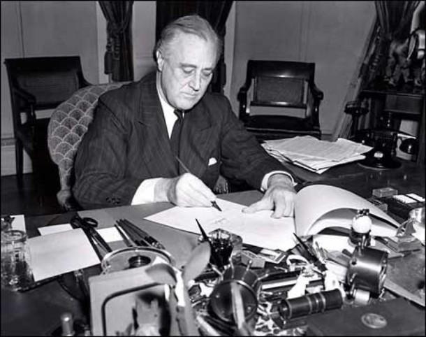 President Franklin D. Roosevel signerer lend-lease-avtalen for Storbritannia, Kina og Hellas i 1941. Foto.
