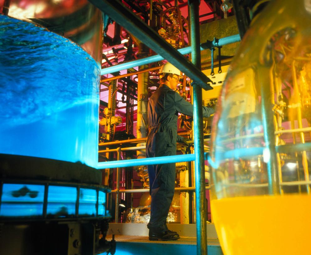 Tekniker overvåker produsjon av kjemikalier. foto.