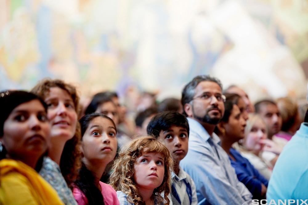 flerkulturelt arrangement. barn og voksne av forskjellig etnisitet. Foto.