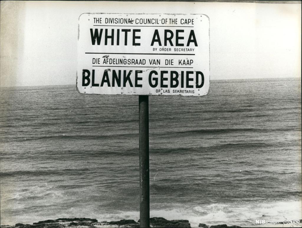Et fotografi av et diskriminerende skllt under apartheidregimet i Sør-Afrika.