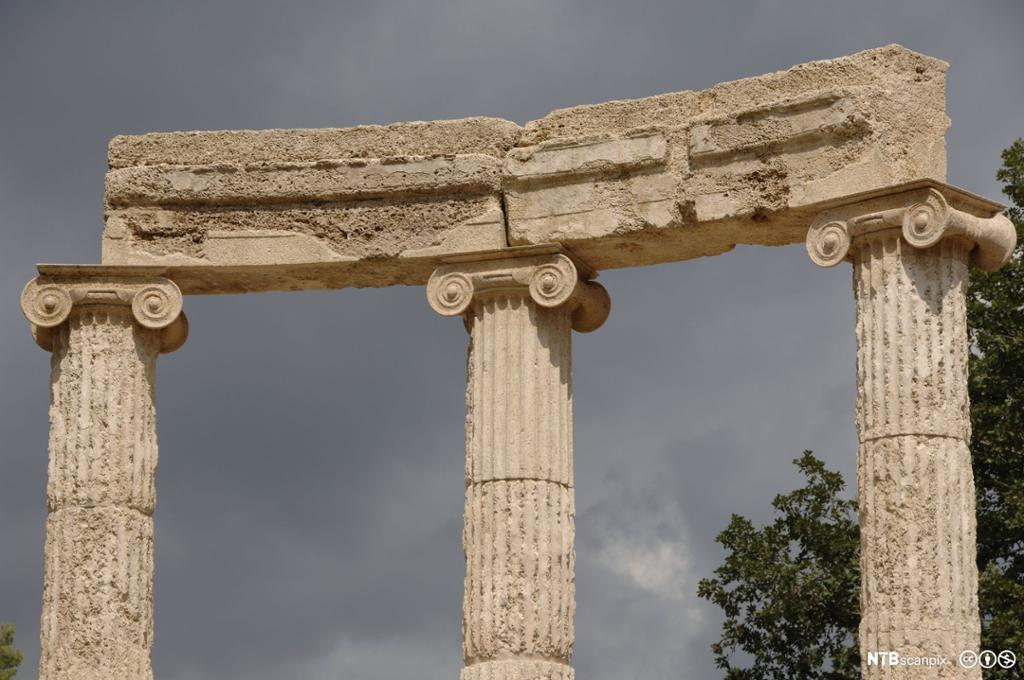 Joniske søyler på tempelet Filippeion. Foto.