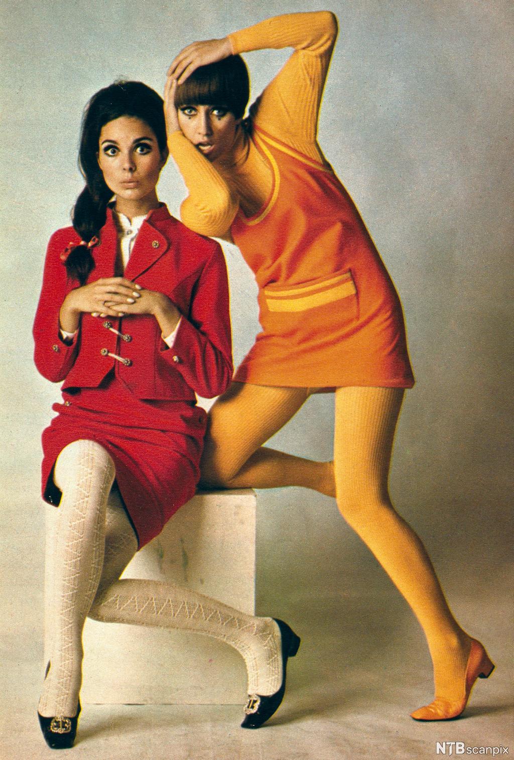 To modeller med miniskjørt og strømpebukser. Foto.