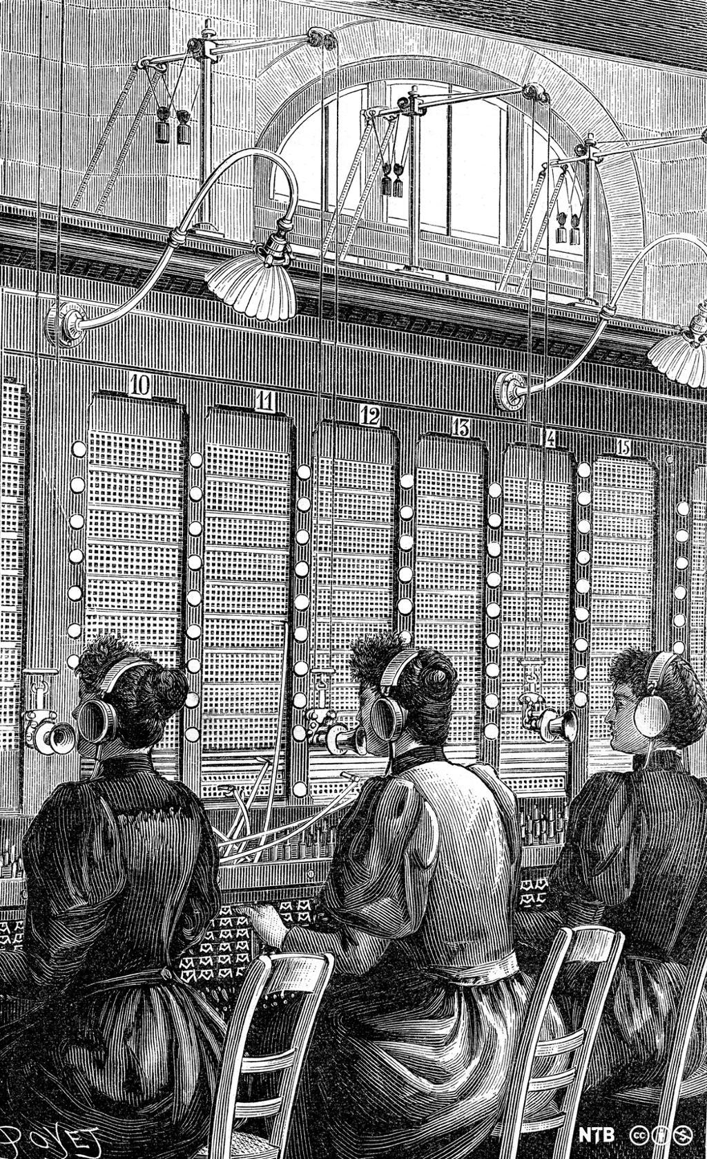 Tre kvinner med hodetelefoner og mikrofon kobler opp ledninger. Illustrasjon.