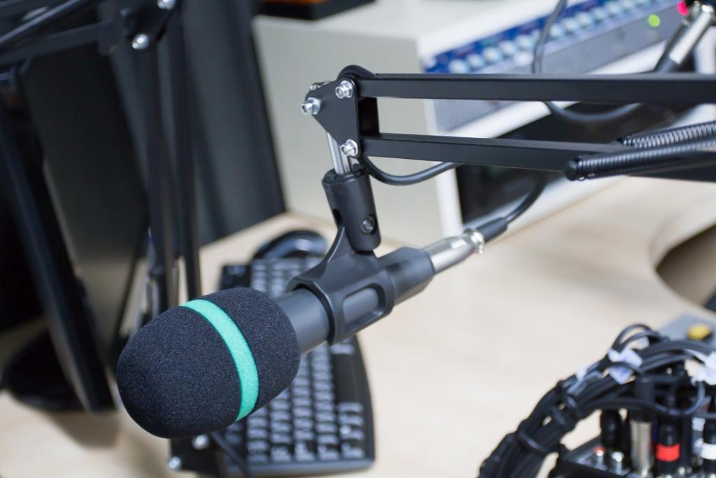 Mikrofon med lydstudio i bakgrunnen. Foto.