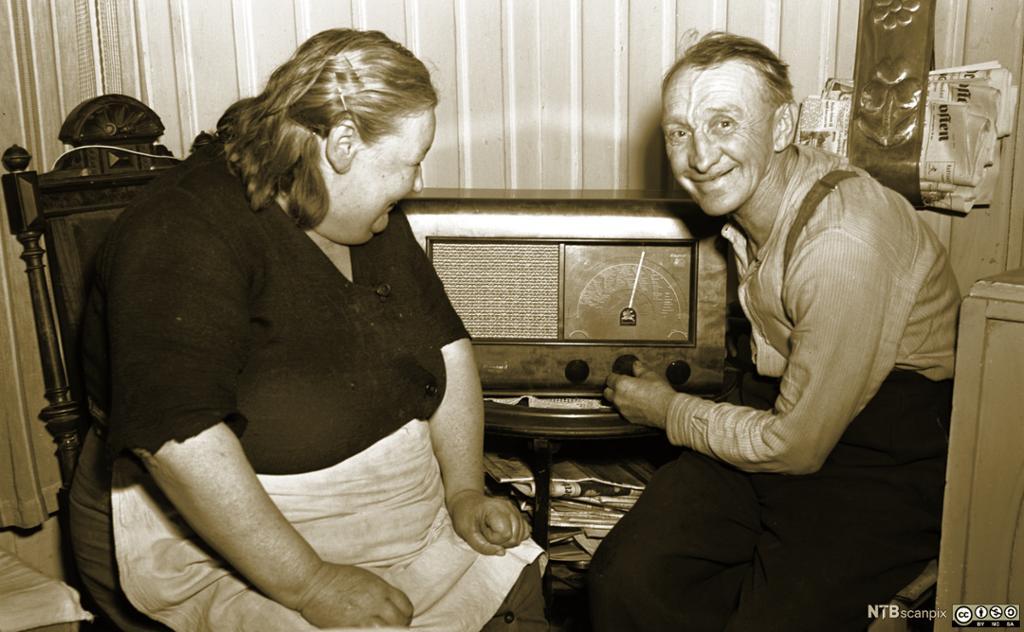 En smilende Einar Gulbrandsen (59 år) har nettopp mottatt sin radio fra NRKs Radiogavefond. Oslo 1950. Foto.