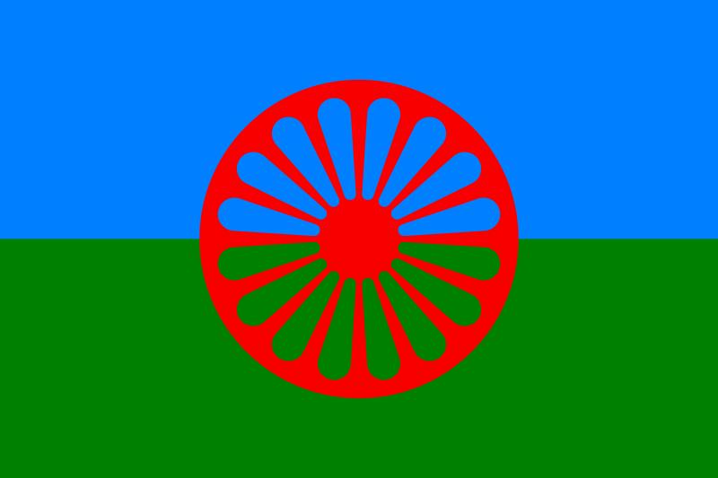 Romanifolkets flagg. En blå og en grønn halvdel med et rødt hjul over. Grafikk.