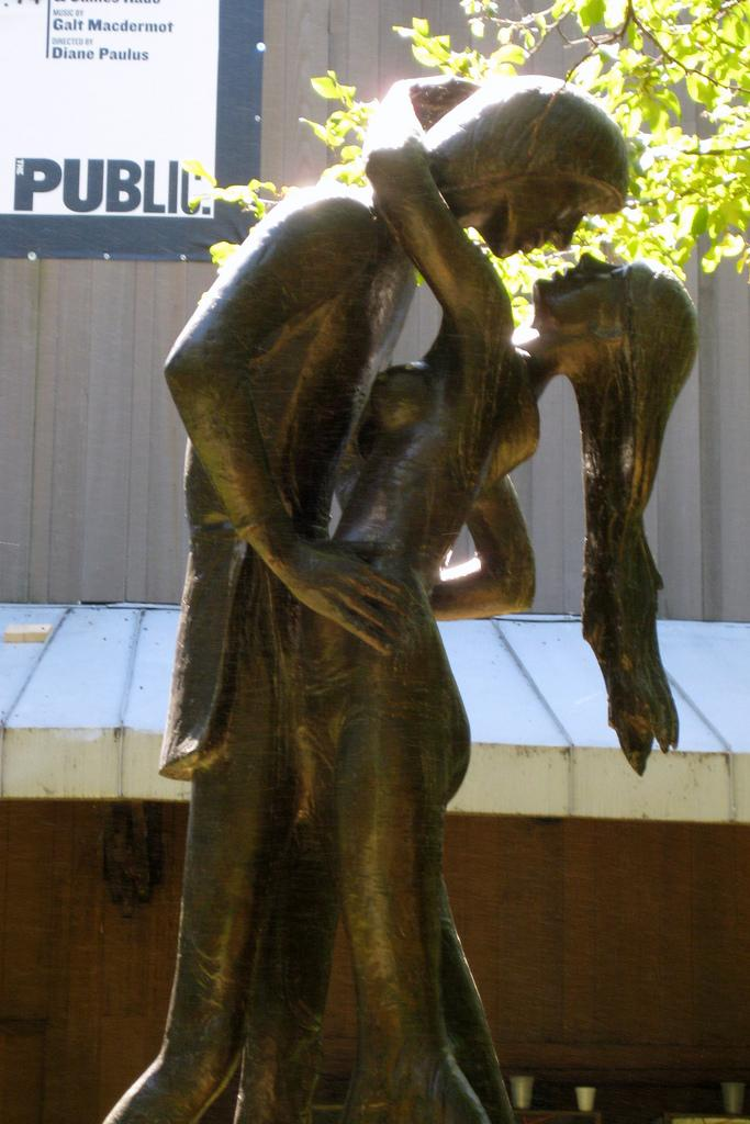 Statue of Romeo and Juliet. Photo.