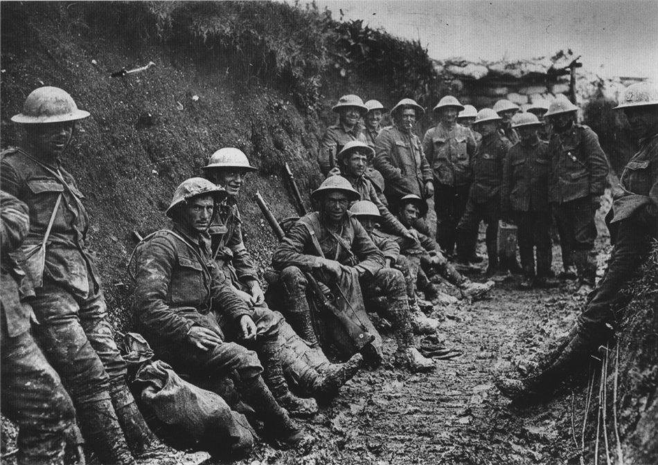 Irske soldater fra Royal Irish Rifles i en skyttergrav den første dagen i slaget ved Somme i 1916. Foto.