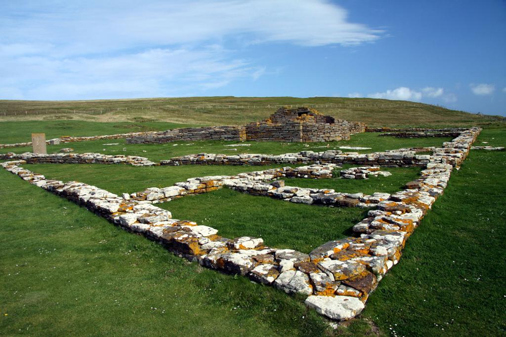 Ruiner etter skandinavisk bosetting på Brough of Birsay på Orknøyene. Foto.