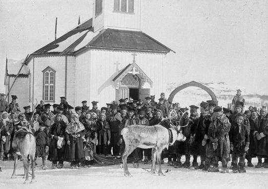 Samer framfor kyrkje i Sørvaranger i Finnmark, ca. 1890–1910. Foto.