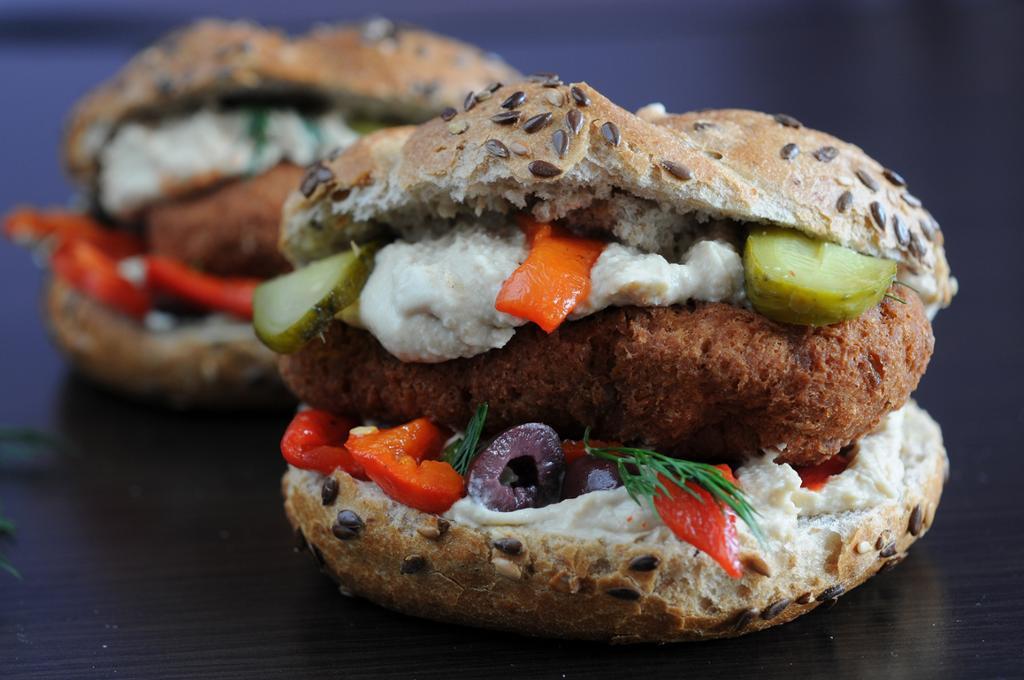 Grovt brød med salat og vegetarburger. Foto.
