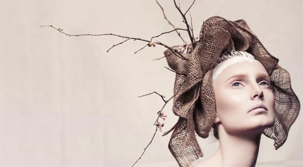Kvinnelig modell med hatt. Skjermdump.