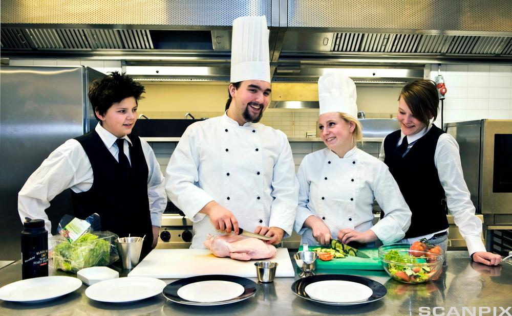 Servitør- og kokkeelevar. Foto.