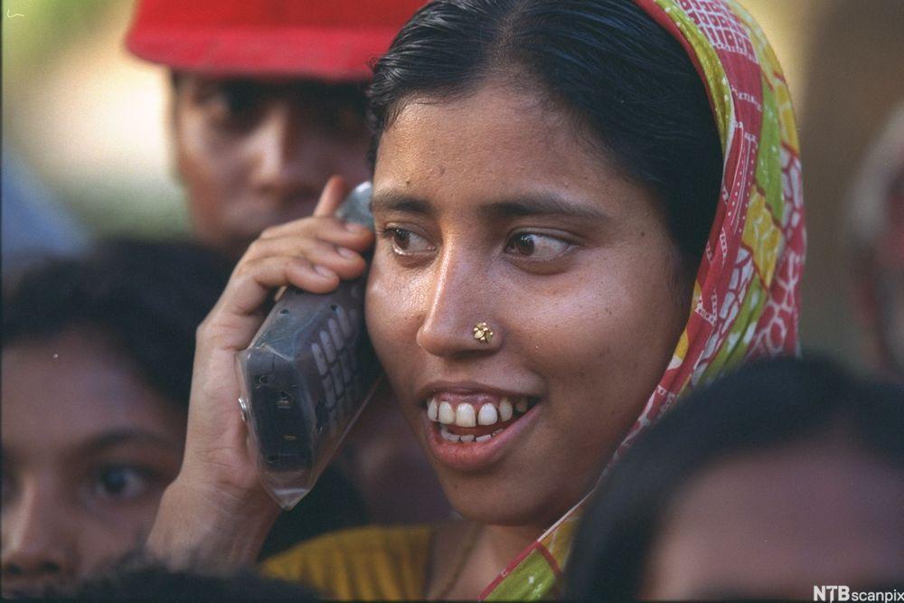 Kvinne i Bangladesh med mobiltelefon