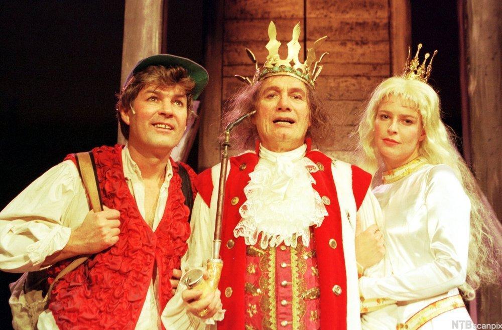 Askeladden, kongen og prinsessa står ved sida av hverandre. Foto.