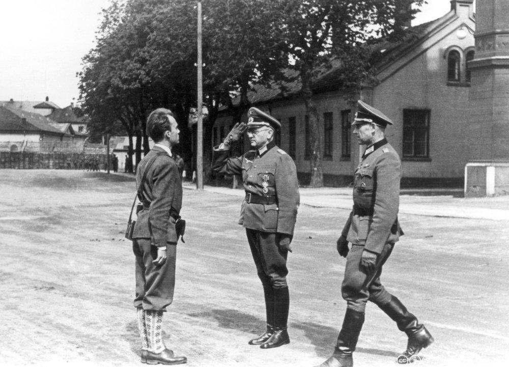 Norske hjemmestyrker nder ledelse av Terje Rollem,overtar Akershus Festning fra den tyske komandanten Major Nichterlein og hans adjutant Hauptmann Hamel 11.mai 1945.